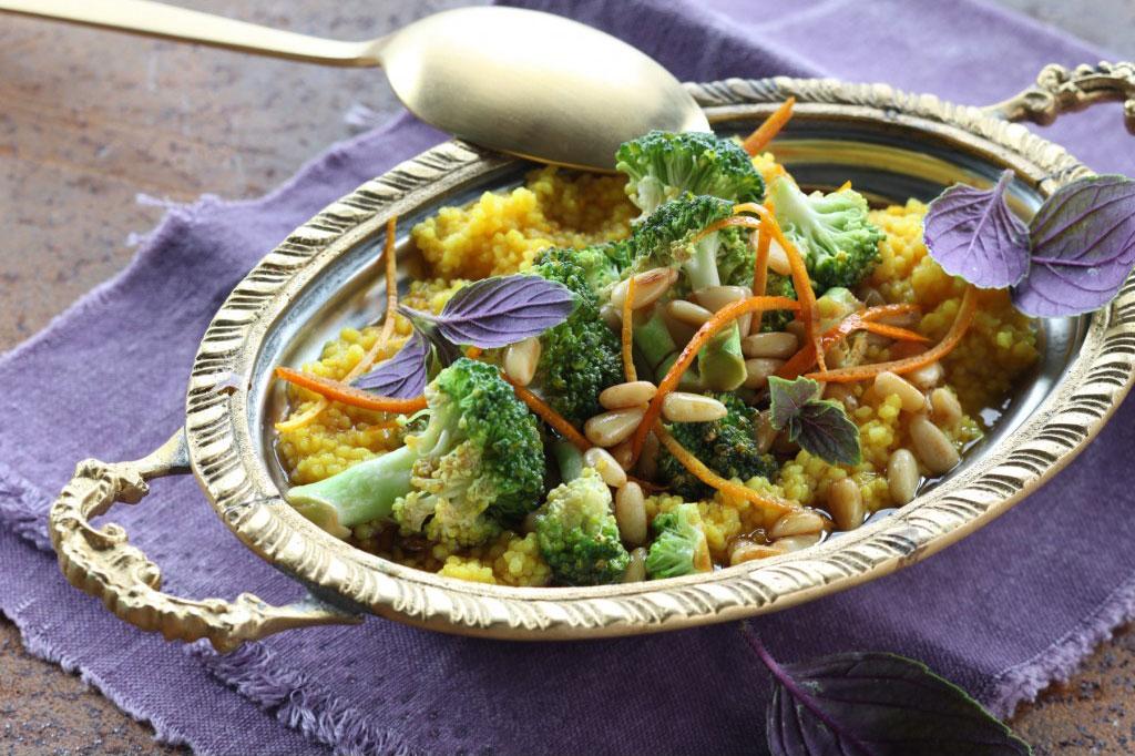 Indisches Ayur Veda Gericht mit Curry Reis