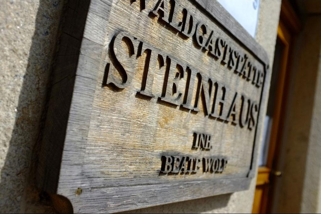 Waldgaststaette Steinhaus Holztafel